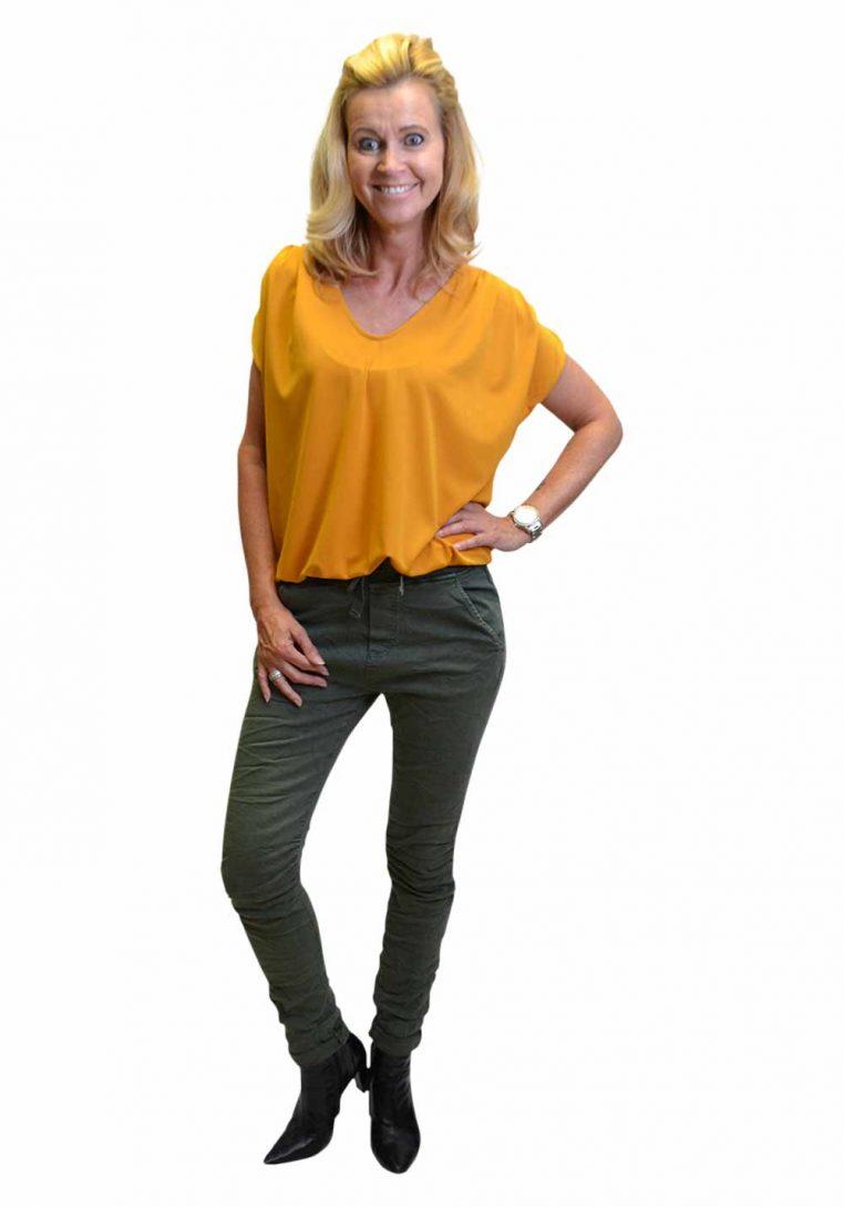 Melly & Co Groen Broek Janita Voorkant & Geel Gemma Ricceri Shirt Voorkant