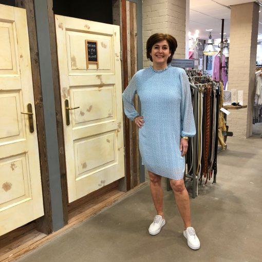 Store3 Plissé Jurk Claudine Lichtblauw met Nopjes Store3 Mode & Accessoires