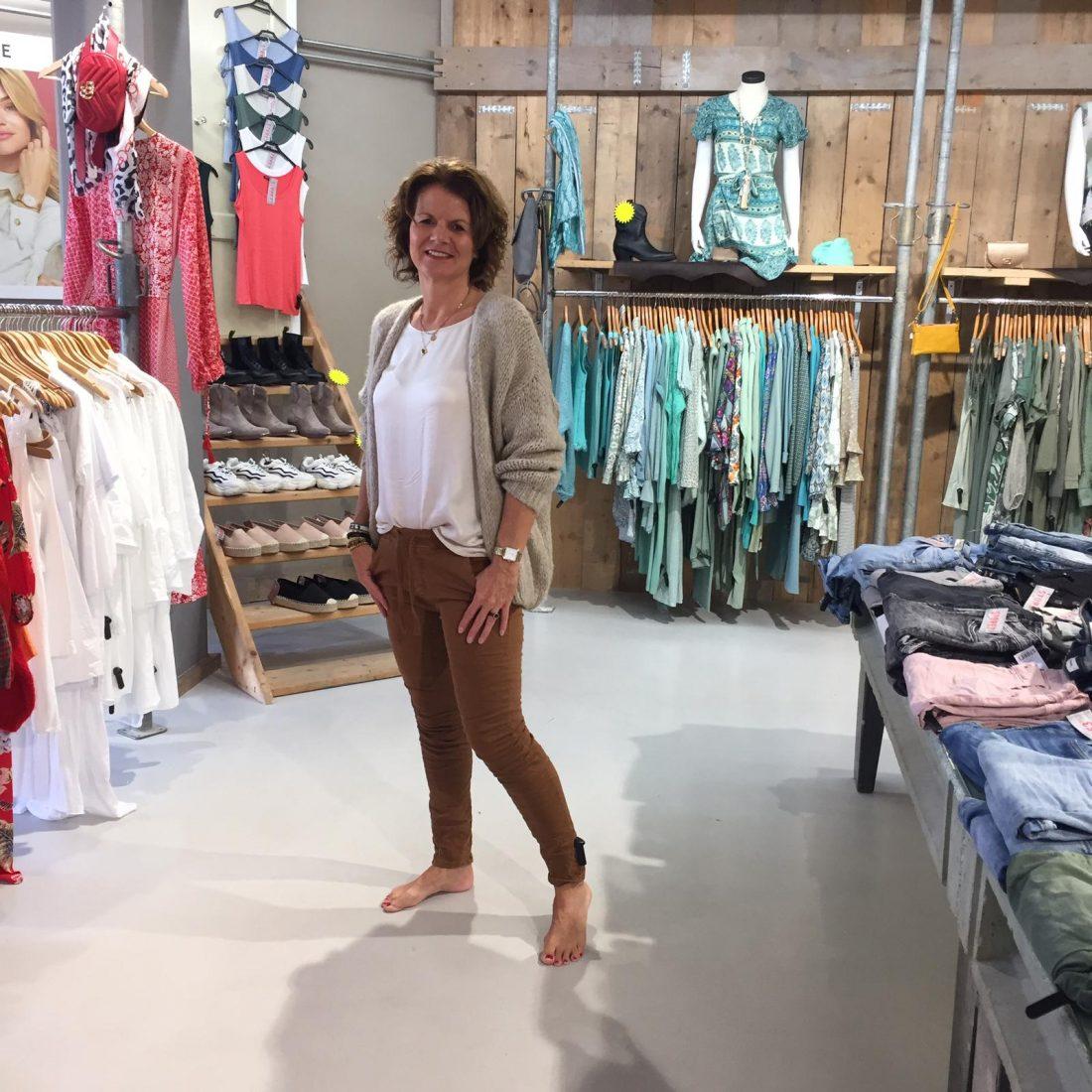 Vest Beige Gebreid Anelie & Gemma Ricceri Shirt Carin Beige & Melly & Co Broek Belle Bruin