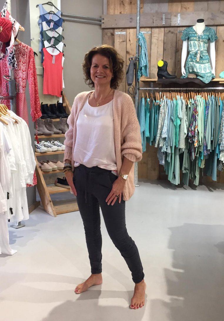 Gemma Ricceri Shirt Xan Lichtroze & Kanten Top Lola Antraciet & Vest Antraciet Gebreid Antra & Melly & Co Broek Antraciet Bonita